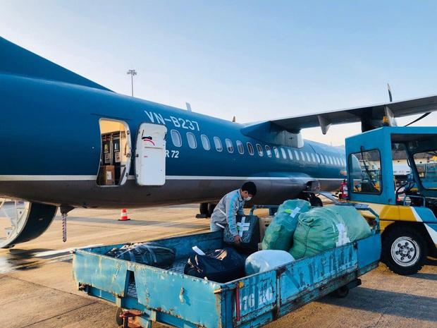 24 tấn hàng và hơn 2.000 kiện hàng cứu trợ đã được Vietnam Airlines Group vận chuyển đến các đầu sân bay miền Trung - Ảnh 1.