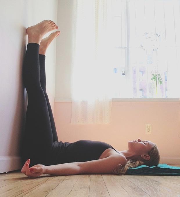 Chỉ thực hiện 1 động tác nằm không trước khi đi ngủ cũng giúp bạn nhận về 4 lợi ích cho cả sức khỏe lẫn vóc dáng - Ảnh 2.