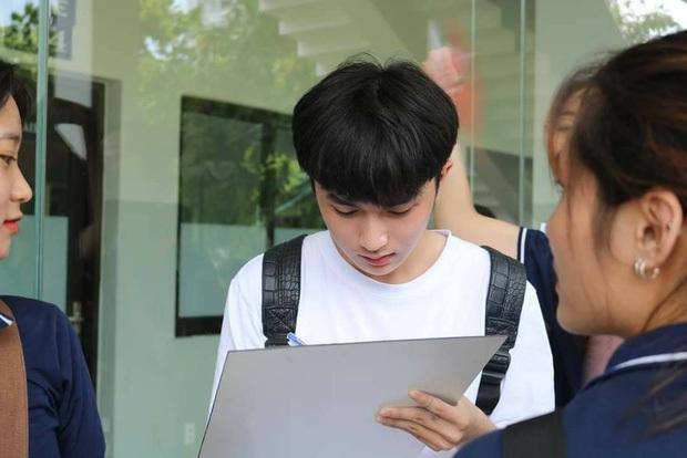 Nam sinh 2K2 chiếm spotlight tuần sinh hoạt đầu khoá với góc nghiêng chẳng thua kém idol Hàn Quốc, nhan sắc baby xốn xang MXH - Ảnh 2.
