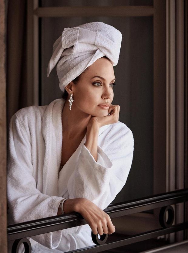 Bộ ảnh tạp chí cũ đầy quý tộc của Angelina Jolie bỗng hot lại: Đúng là nữ hoàng nhan sắc, bảo sao Brad Pitt từng mê muội - Ảnh 3.