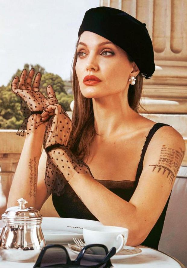 Bộ ảnh tạp chí cũ đầy quý tộc của Angelina Jolie bỗng hot lại: Đúng là nữ hoàng nhan sắc, bảo sao Brad Pitt từng mê muội - Ảnh 2.