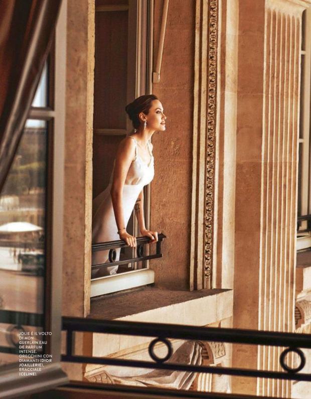 Bộ ảnh tạp chí cũ đầy quý tộc của Angelina Jolie bỗng hot lại: Đúng là nữ hoàng nhan sắc, bảo sao Brad Pitt từng mê muội - Ảnh 4.