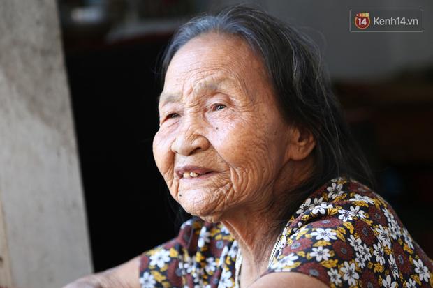 Gặp cụ bà lưng còng cõng bao quần áo, mì tôm ủng hộ người dân miền Trung: Hơn 200.000 đồng/tháng tôi vẫn đủ ăn tiêu xả láng, của ít lòng nhiều, giúp được phần nào đỡ phần đó - Ảnh 14.