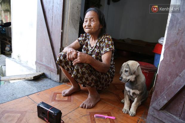 Gặp cụ bà lưng còng cõng bao quần áo, mì tôm ủng hộ người dân miền Trung: Hơn 200.000 đồng/tháng tôi vẫn đủ ăn tiêu xả láng, của ít lòng nhiều, giúp được phần nào đỡ phần đó - Ảnh 16.