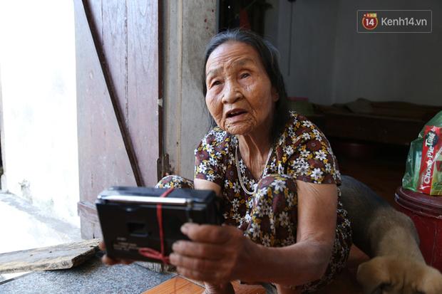 Gặp cụ bà lưng còng cõng bao quần áo, mì tôm ủng hộ người dân miền Trung: Hơn 200.000 đồng/tháng tôi vẫn đủ ăn tiêu xả láng, của ít lòng nhiều, giúp được phần nào đỡ phần đó - Ảnh 18.