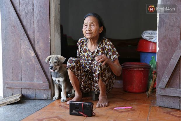 Gặp cụ bà lưng còng cõng bao quần áo, mì tôm ủng hộ người dân miền Trung: Hơn 200.000 đồng/tháng tôi vẫn đủ ăn tiêu xả láng, của ít lòng nhiều, giúp được phần nào đỡ phần đó - Ảnh 20.