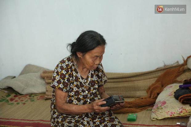 Gặp cụ bà lưng còng cõng bao quần áo, mì tôm ủng hộ người dân miền Trung: Hơn 200.000 đồng/tháng tôi vẫn đủ ăn tiêu xả láng, của ít lòng nhiều, giúp được phần nào đỡ phần đó - Ảnh 17.