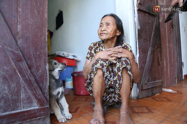 Gặp cụ bà lưng còng cõng bao quần áo, mì tôm ủng hộ người dân miền Trung: Hơn 200.000 đồng/tháng tôi vẫn đủ ăn tiêu xả láng, của ít lòng nhiều, giúp được phần nào đỡ phần đó - Ảnh 3.