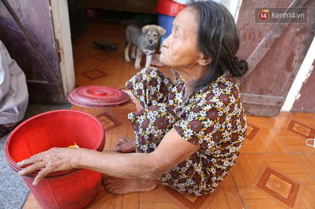 Gặp cụ bà lưng còng cõng bao quần áo, mì tôm ủng hộ người dân miền Trung: Hơn 200.000 đồng/tháng tôi vẫn đủ ăn tiêu xả láng, của ít lòng nhiều, giúp được phần nào đỡ phần đó - Ảnh 10.