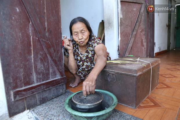 Gặp cụ bà lưng còng cõng bao quần áo, mì tôm ủng hộ người dân miền Trung: Hơn 200.000 đồng/tháng tôi vẫn đủ ăn tiêu xả láng, của ít lòng nhiều, giúp được phần nào đỡ phần đó - Ảnh 12.