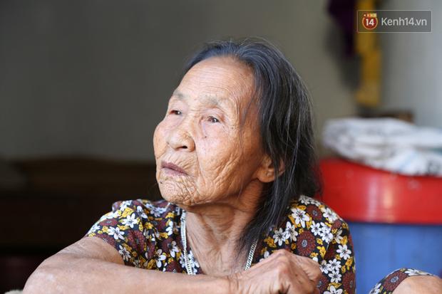 Gặp cụ bà lưng còng cõng bao quần áo, mì tôm ủng hộ người dân miền Trung: Hơn 200.000 đồng/tháng tôi vẫn đủ ăn tiêu xả láng, của ít lòng nhiều, giúp được phần nào đỡ phần đó - Ảnh 4.