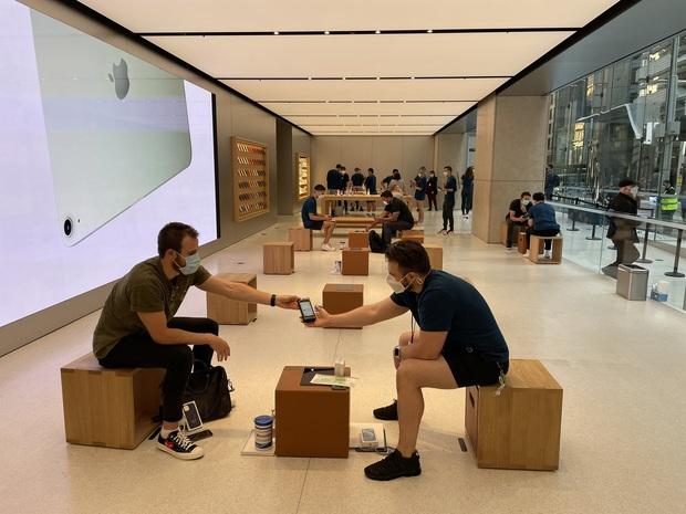 Toàn cảnh iFan xếp hàng mua iPhone 12 tại Apple Store Sydney, fan Táo vẫn rất cuồng! - Ảnh 5.