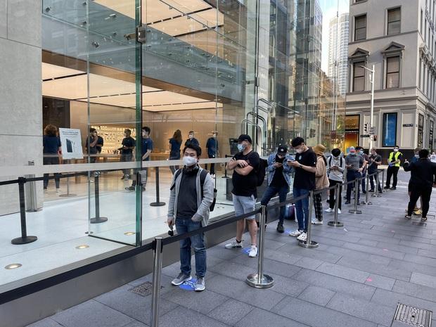 Toàn cảnh iFan xếp hàng mua iPhone 12 tại Apple Store Sydney, fan Táo vẫn rất cuồng! - Ảnh 1.