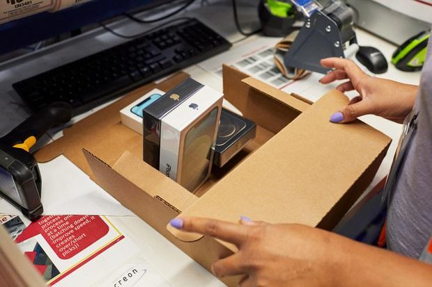 Apple khoe khéo hình ảnh từ đóng gói đến giao hàng trong ngày mở bán iPhone 12 - Ảnh 6.
