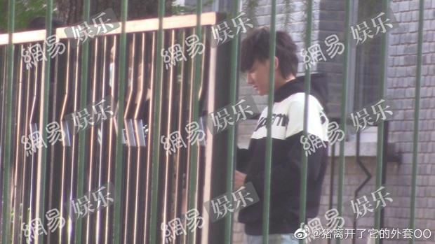 Hậu chịu tang bố, Hoàng Tử Thao tái xuất với mặt mũi phờ phạc, uể oải ở hậu trường phim mới - Ảnh 6.
