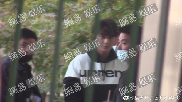 Hậu chịu tang bố, Hoàng Tử Thao tái xuất với mặt mũi phờ phạc, uể oải ở hậu trường phim - Ảnh 7.