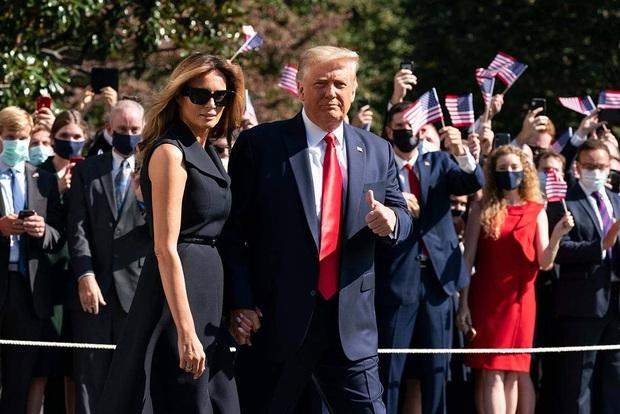 """Tái xuất sau khi mắc Covid-19, Đệ Nhất Phu nhân Mỹ Melania Trump gây chú ý khi có hành động """"giằng co"""" với chồng ngay trên sân khấu - Ảnh 1."""