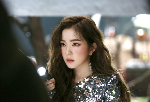 Irene bị dân trong ngành bóc thêm loạt phốt: Túm tóc stylist để giữ thăng bằng, bắt staff quỳ xuống buộc dây giày? - Ảnh 8.