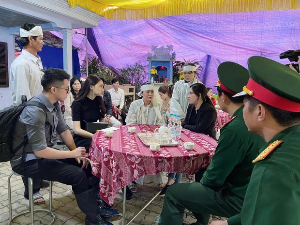 Hương Giang và Matt Liu âm thầm đến lễ tang của chiến sĩ hy sinh trong vụ sạt lở thuỷ điện Rào Trăng 3 - Ảnh 6.