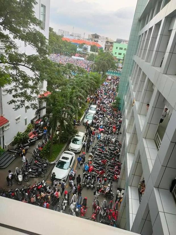 Nghẹt thở cảnh xe máy la liệt ở bãi giữ xe trường đại học: Sinh viên đi học sớm 30 phút nhưng mất cả tiếng để vào được trường - Ảnh 2.