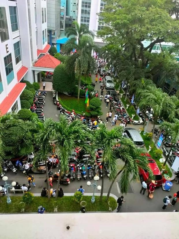 Nghẹt thở cảnh xe máy la liệt ở bãi giữ xe trường đại học: Sinh viên đi học sớm 30 phút nhưng mất cả tiếng để vào được trường - Ảnh 3.