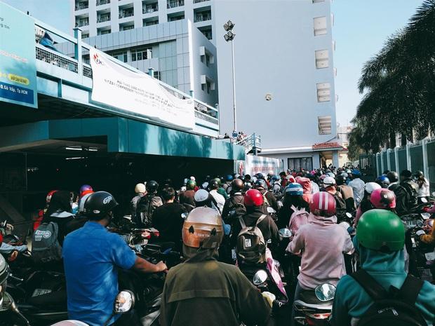 Nghẹt thở cảnh xe máy la liệt ở bãi giữ xe trường đại học: Sinh viên đi học sớm 30 phút nhưng mất cả tiếng để vào được trường - Ảnh 4.