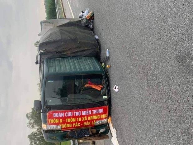 Xe chở bánh tét, bánh kẹo hướng về miền Trung gặp nạn trên cao tốc - Ảnh 1.
