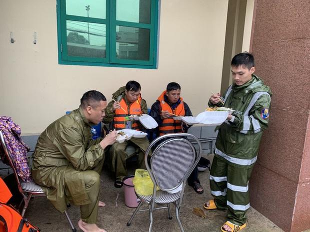 Thiếu tá công an kể chuyện cứu 3 cụ già, 3 cháu nhỏ trong cơn nước lũ - Ảnh 12.