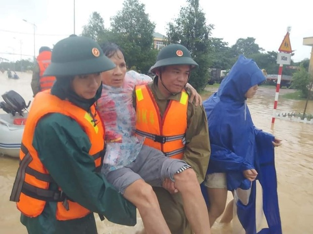 Gần một tháng qua, hàng chục nghìn cán bộ chiến sĩ được huy động ứng cứu, hỗ trợ đồng bào bão lũ: Nhân dân ổn định lại cuộc sống thì mới rút quân - Ảnh 1.