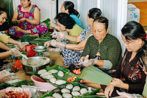 Người miền Tây tập hợp nhau tự sáng tạo loại bánh mới dễ bảo quản, có thể tích trữ được nhiều ngày để gửi về miền Trung, mới 12 tiếng đã thần tốc gói 5.000 chiếc! - Ảnh 1.