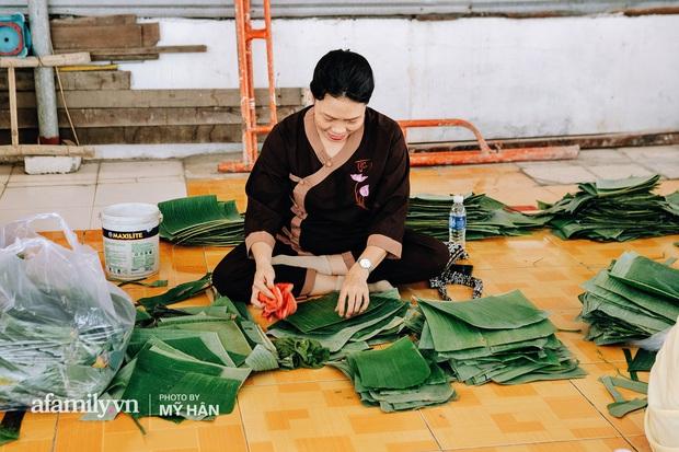 Người miền Tây tập hợp nhau tự sáng tạo loại bánh mới dễ bảo quản, có thể tích trữ được nhiều ngày để gửi về miền Trung, mới 12 tiếng đã thần tốc gói 5.000 chiếc! - Ảnh 2.