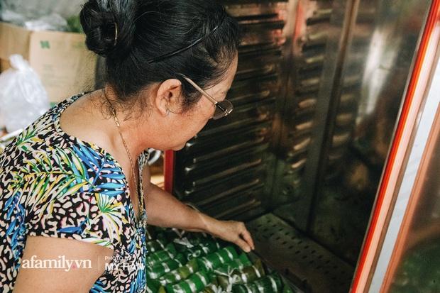 Người miền Tây tập hợp nhau tự sáng tạo loại bánh mới dễ bảo quản, có thể tích trữ được nhiều ngày để gửi về miền Trung, mới 12 tiếng đã thần tốc gói 5.000 chiếc! - Ảnh 7.