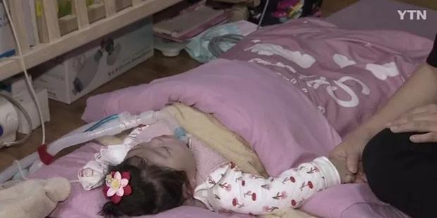 Em bé nhắm nghiền mắt trong sinh nhật đầu tiên tưởng như ngủ nhưng là kết quả của hành vi bạo hành bởi y tá gây chấn động Hàn Quốc 1 năm trước - Ảnh 5.
