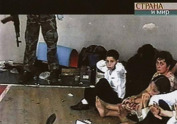 Những bức hình đầy ám ảnh và ký ức kinh hoàng sau 16 năm vụ thảm sát con tin gây chấn động thế giới tại Trường học Số 1 - Ảnh 3.