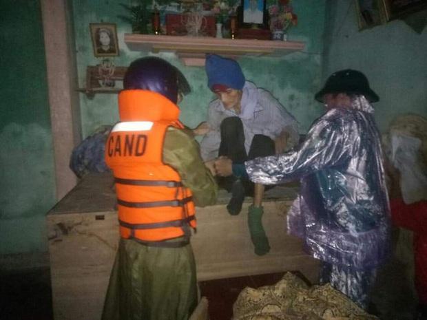 Thiếu tá công an kể chuyện cứu 3 cụ già, 3 cháu nhỏ trong cơn nước lũ - Ảnh 5.