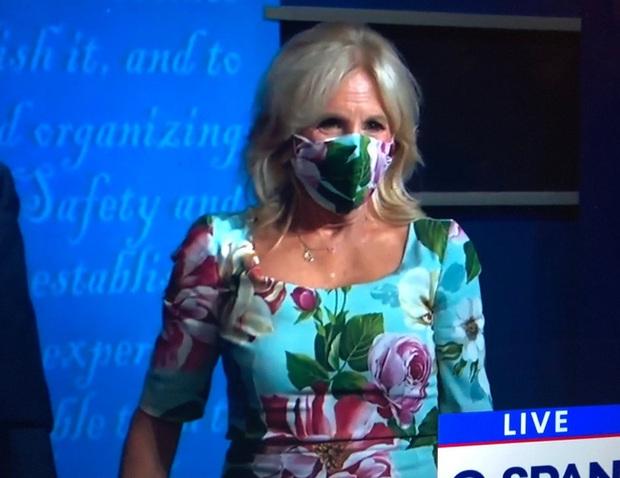 Tranh luận bầu cử Tổng thống Mỹ cuối cùng: Đệ nhất phu nhân Melania Trump khí chất ngời ngời, trong khi bà Jill Biden hoàn toàn khác biệt - Ảnh 6.