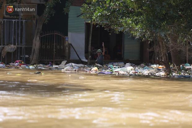 Ảnh: Người dân Quảng Bình bì bõm bơi trong biển rác sau trận lũ lịch sử, nguy cơ lây nhiễm bệnh tật - Ảnh 6.