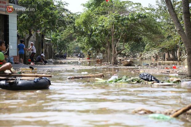 Ảnh: Người dân Quảng Bình bì bõm bơi trong biển rác sau trận lũ lịch sử, nguy cơ lây nhiễm bệnh tật - Ảnh 12.