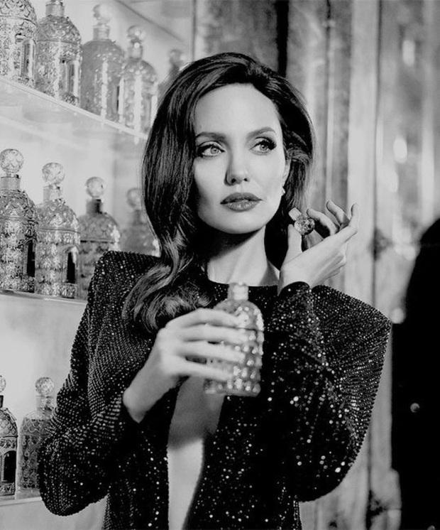 Bộ ảnh tạp chí cũ đầy quý tộc của Angelina Jolie bỗng hot lại: Đúng là nữ hoàng nhan sắc, bảo sao Brad Pitt từng mê muội - Ảnh 5.