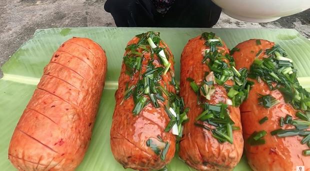 Chẳng ai như Bà Tân Vlog: xúc xích nướng với sốt ớt lại còn ăn chung với... mỡ hành? - Ảnh 6.