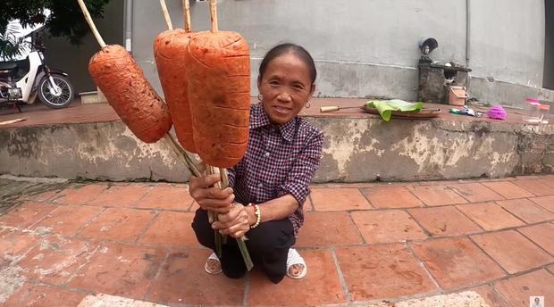 Chẳng ai như Bà Tân Vlog: xúc xích nướng với sốt ớt lại còn ăn chung với... mỡ hành? - Ảnh 4.