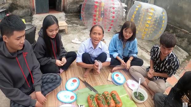 Chẳng ai như Bà Tân Vlog: xúc xích nướng với sốt ớt lại còn ăn chung với... mỡ hành? - Ảnh 8.