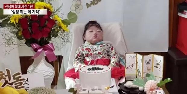 Em bé nhắm nghiền mắt trong sinh nhật đầu tiên tưởng như ngủ nhưng là kết quả của hành vi bạo hành bởi y tá gây chấn động Hàn Quốc 1 năm trước - Ảnh 4.