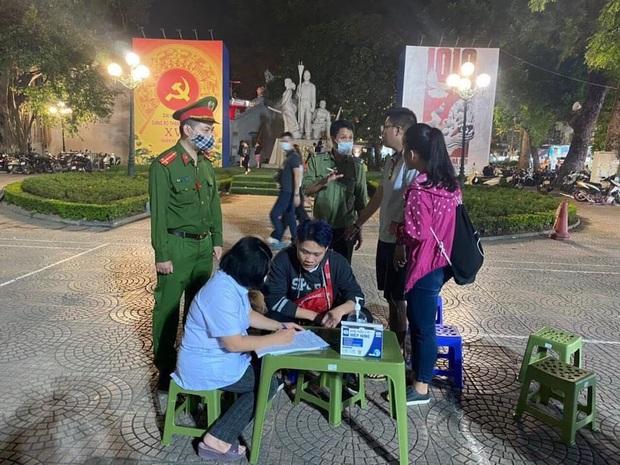 Hà Nội lập 15 chốt xung quanh phố đi bộ, đã xử phạt 14 người dân không đeo khẩu trang nơi công cộng - Ảnh 1.