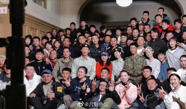 Tiêu Chiến ăn nắng đến đen nhẻm ở hậu trường Vương Bài, chị em vào tặng nickname Thỏ một nắng - Ảnh 1.