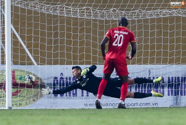 Cựu tuyển thủ Việt Nam bị đàn em ở Hà Nội FC trêu chọc vì câu giờ lộ liễu trong trận thắng hú vía - Ảnh 6.