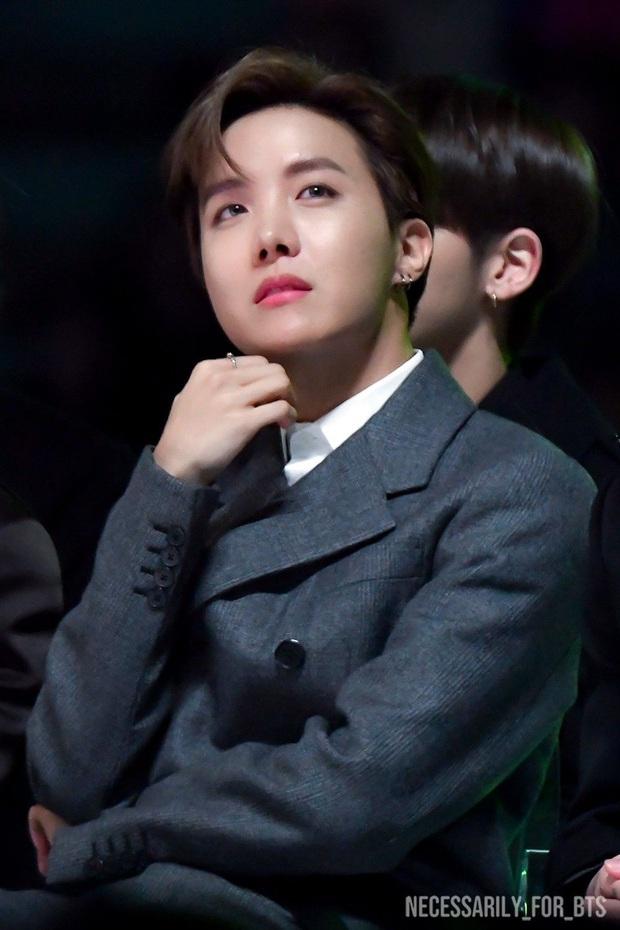 6 nam idol đẹp không camera nào bắt được: J-Hope và em trai BTS đẹp vô thực, nam thần nhà SM được khen đúng chất tổng tài ngôn tình - Ảnh 3.