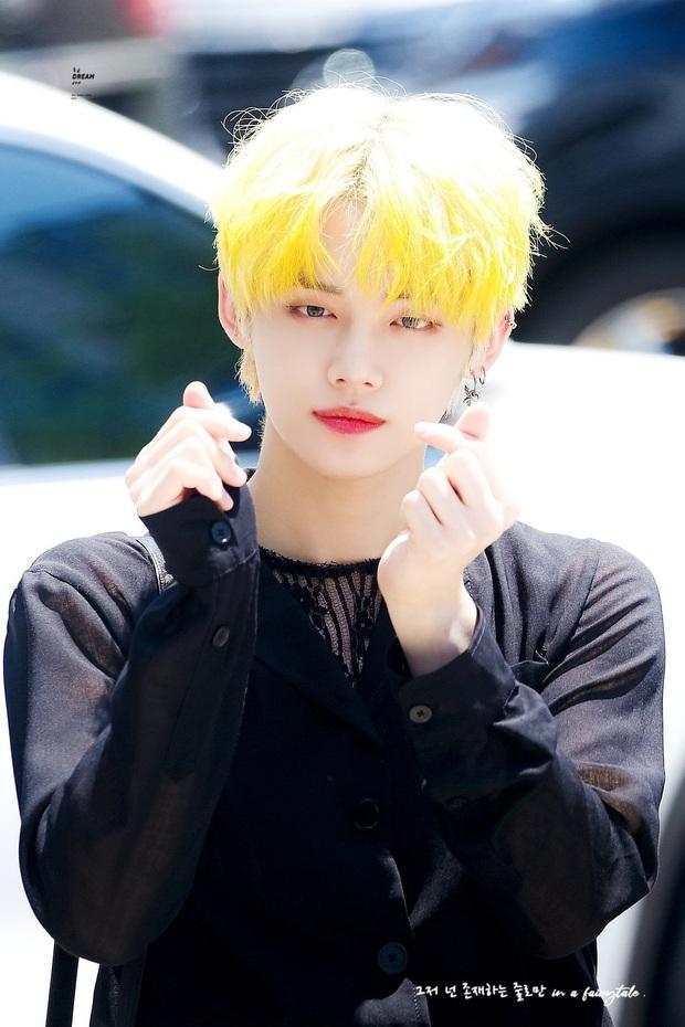 6 nam idol đẹp không camera nào bắt được: J-Hope và em trai BTS đẹp vô thực, nam thần nhà SM được khen đúng chất tổng tài ngôn tình - Ảnh 11.