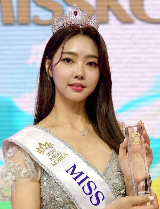 Cuộc thi Hoa hậu Hàn Quốc lạ đời nhất lịch sử: Phông nền hội chợ, Hoa hậu ỉu xìu khi nhận giải, dàn thí sinh trình diễn như idol Kpop - Ảnh 2.