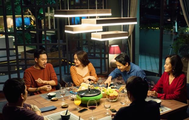 9 chi tiết ẩn thách bạn soi hết ở Tiệc Trăng Máu: Pha ngoại tình của Kiều Minh Tuấn được bật mí ngay từ đầu! - Ảnh 13.